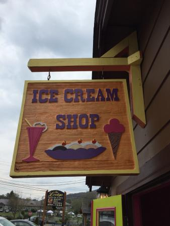‪Ice cream shoppe‬