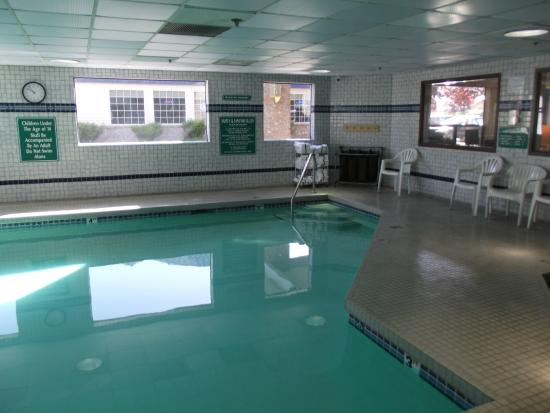 Shilo Inns Nampa: From the doorway looking into the pool area.