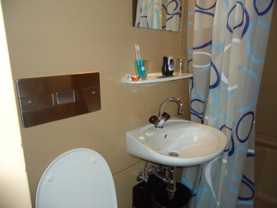 Hotel Terminus: Baño pequeño y muy antiguo.