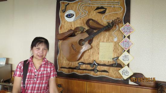 OLA Hotel Hualien: 1樓餐廳有伍佰用過的吉他