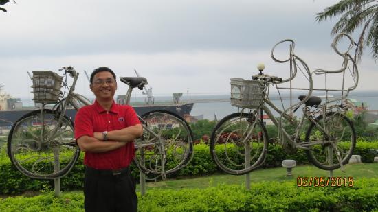 OLA Hotel Hualien: 大門前的花蓮港海景