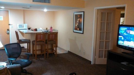 Holiday Inn Hotel & Suites Anaheim (1 BLK/Disneyland): living room