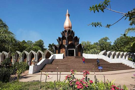 Phanna Nikhom, Thailandia: The Chedi housing Achan Fan's wax figure