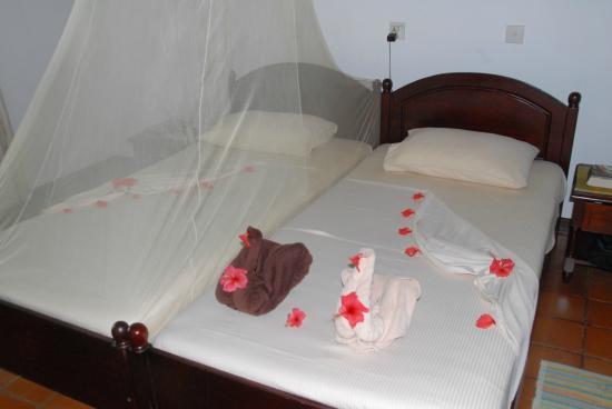 Surya Lanka Ayurveda Beach Resort: Betten jeden Tag anders mit viel Liebe dekoriert
