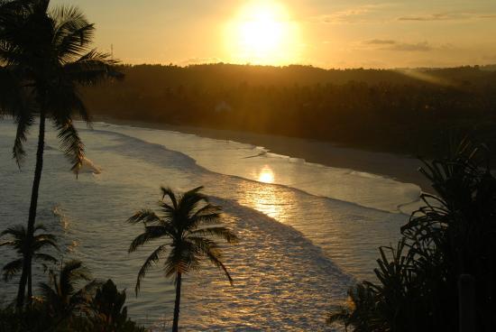 Surya Lanka Ayurveda Beach Resort: Sonnenuntergang - Strandspaziergänge immer ein Genuss