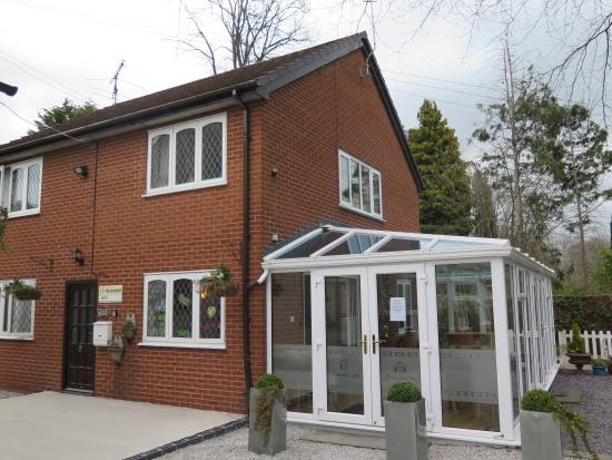 Grove Guest House: Conservatory attached to building