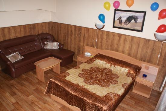 1 двуспальная кровать угловой диван мини прихожая шкаф мини бар
