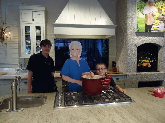 is amazing !  Picture of Paula Deen39;s Family Kitchen, Pigeon Forge