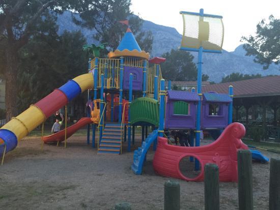 Crystal Flora Beach Resort: детская площадка