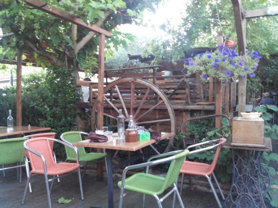 Chez Pito : La terrasse et sa charrette.