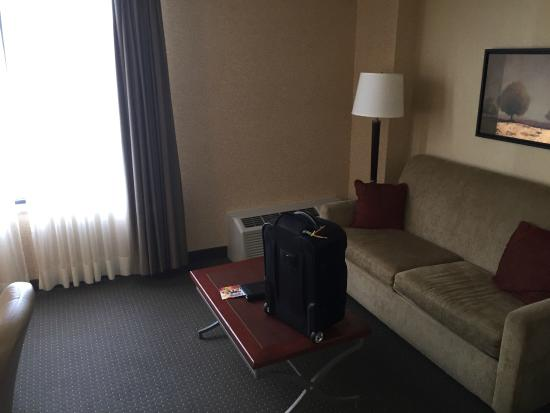 Delta Hotels by Marriott Halifax: Seating area in room