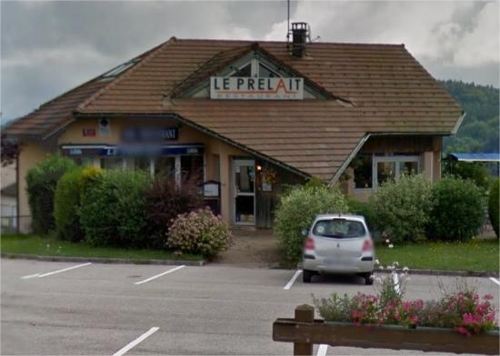 Le Prelait: Vue sur le Restaurant, juste à côté de la Mairie du Village