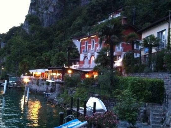 Hotel Elvezia al Lago : Hotelgelände bei Dämmerung