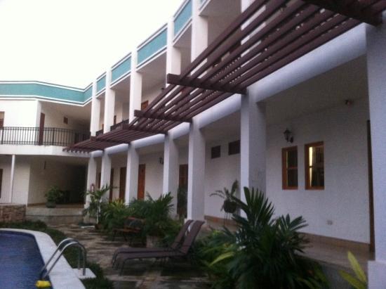 Hotel Mozonte: Habitaciones frente a la piscina