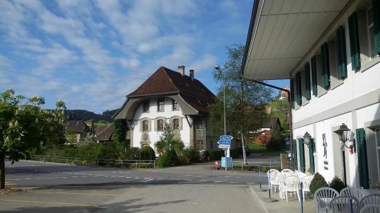 Melchnau, Suiza: Gasthof rechts, mit Aussicht auf ein traditionelles Haus