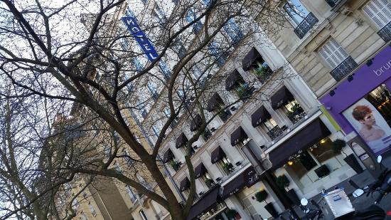 Hôtel Du Midi Paris Montparnasse : Vista do hotel ao sair da estação RER