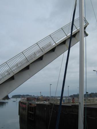 Kyriad Saint-Malo Ouest - Dinard: Ponte levatoio sulla strada vicino all'albergo