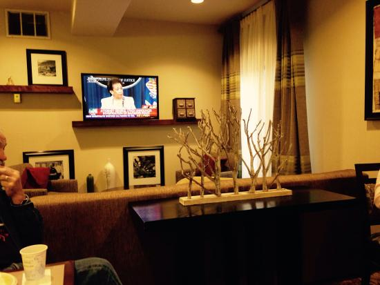 Hampton Inn & Suites Colorado Springs/I-25 South: Another of the breakfast area-very cozy