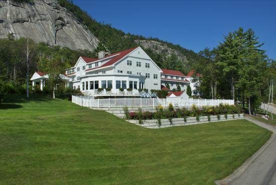 White Mountain Hotel and Resort: Summer Driveway