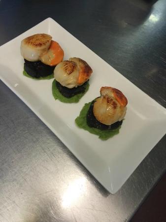 The Clansman Restaurant: pan seared scallops on black pudding & pea puree.