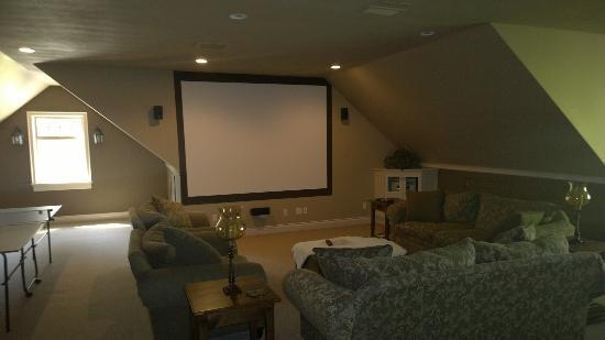 Sweet Dreams Luxury Inn : Huge TV in the Attic Room!