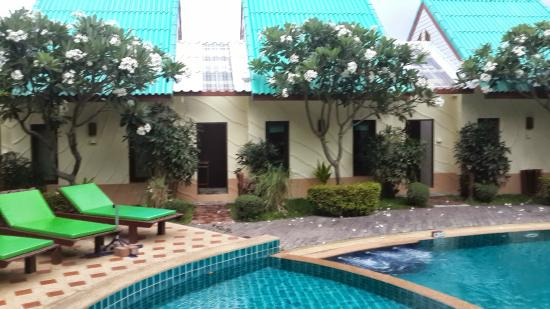 The Green Beach Resort: Pool bungalows