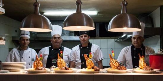 Nuestro equipo de cocina al frente uno de los chef mas for Equipo para chef