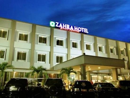 Zahra Syariah Hotel Kendari : Suasana depan parkir