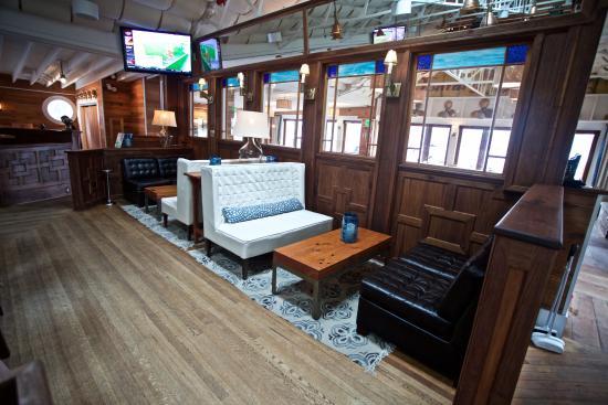 Pier 290 Restaurant: Indoor Bar