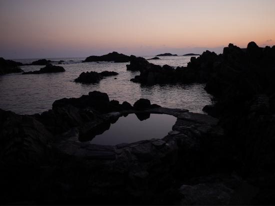 Yudomari Onsen : 夕暮れ時の海中露天風呂