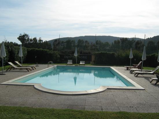 Hotel Domominore   Country Hotel: Piscina con sdraio e ombrelloni