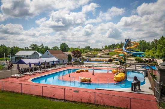 Fulton, Нью-Йорк: Lazy river and slides