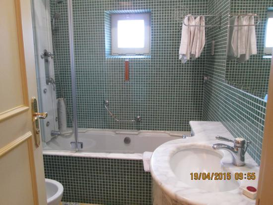 Antiche Mura Hotel: Clean and roomy bath - shower and tub!