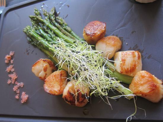La Maison : Grilled scallops with asparagus