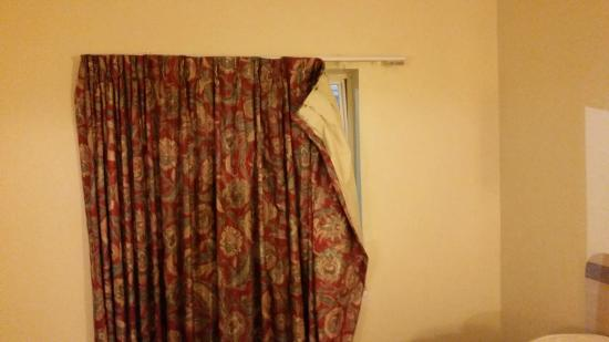 Travelodge Inn & Suites Grovetown Augusta Area: hanging curtains