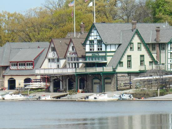 Kelly Drive: Boathouse Row, River View