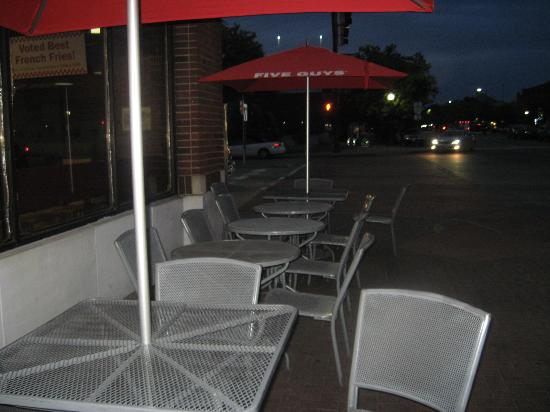 Five Guys : Outdoor seating