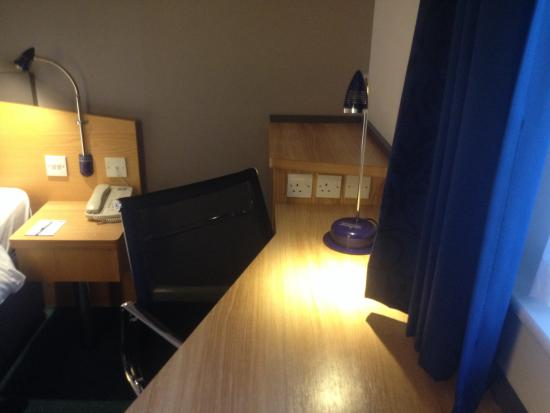 Holiday Inn Express Northampton M1, Jct 15: Desk