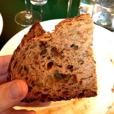 Délicieux pain complet frais et tiède. Un très bon pain ...  Délicieux pain...