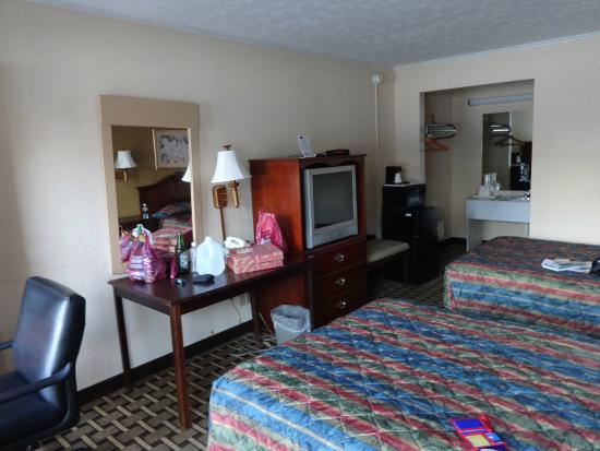 Rodeway Inn Civic Center: Reasonable sized room.