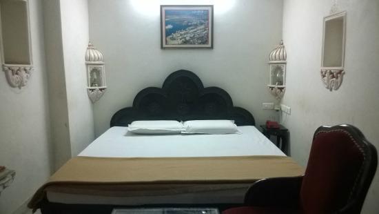 Shree Jagdish Mahal Heritage Hotel (Nagarseti Ri Haveli): Bed
