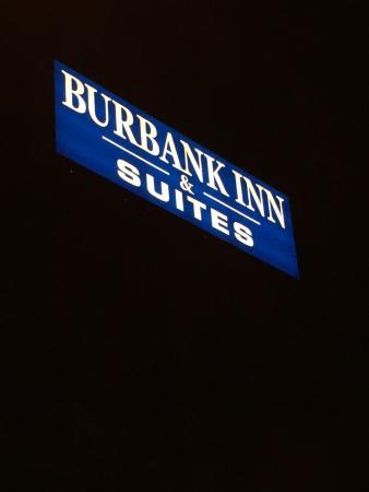 Burbank Inn & Suites: Sign at Night