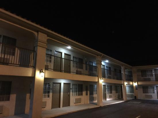 Burbank Inn & Suites: Courtyard