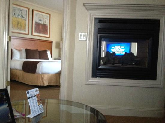 Best Western Plus All Suites Inn: View Through Double Sided Fireplace