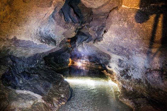 Rauzan, France : Rivière souterraine