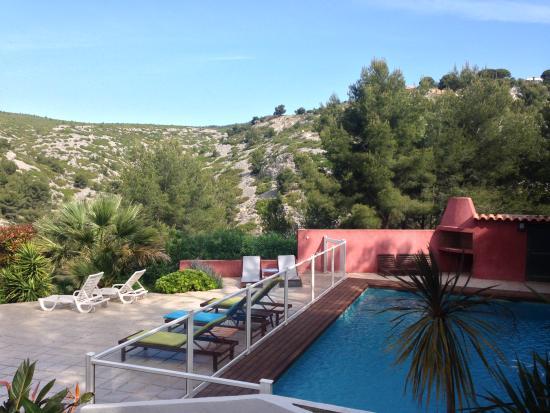 La Garrigue: Vue sur piscine + environs (quelle sérénité)
