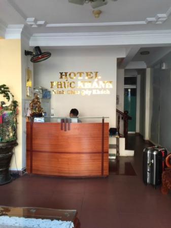 Phuc Khanh Hotel : Reception area facing street