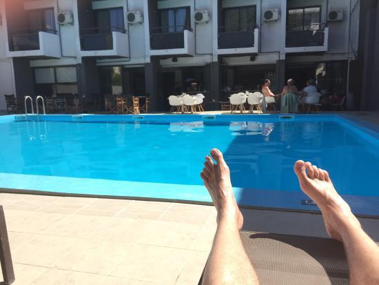Amphitryon Boutique Hotel: Skön pool och härlig personal. Vi åt middag varje kväll på hotellet och det var alltid nåt nytt