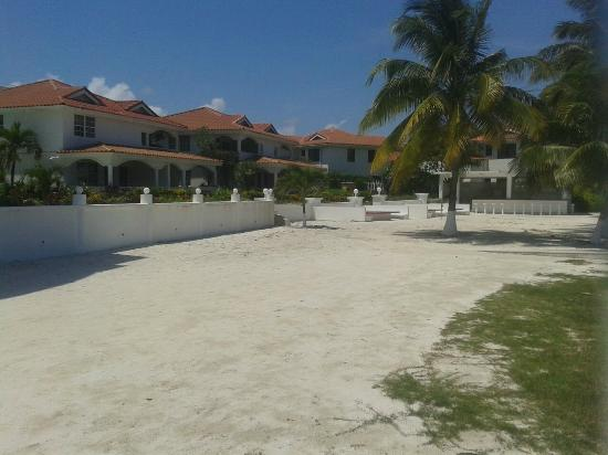 Sands Villas : Beach-side villas, bar and beach