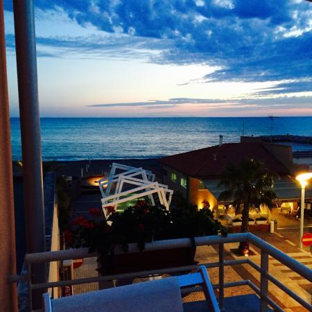 Marina di Cecina, Italia: Tramonto visto dalla camera 10